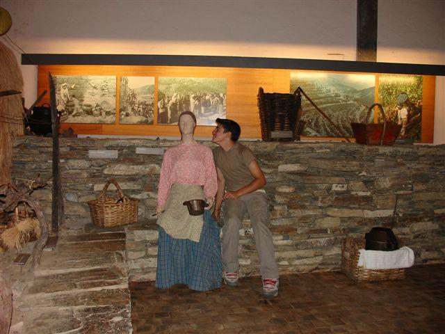 O Joel tenta meter conversa com uma garota no museu
