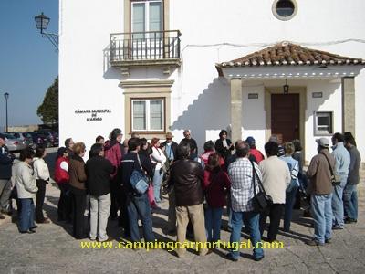 Em frente ao edifício da Câmara Municipal, uma breve introdução à história da vila e dos seus habitantes