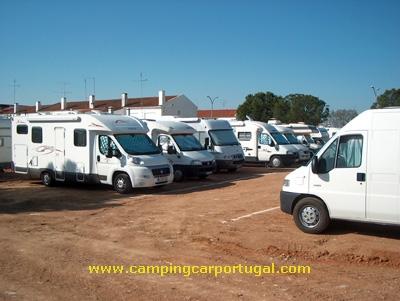 As autocaravanas estacionadas na zona da nova área de serviço