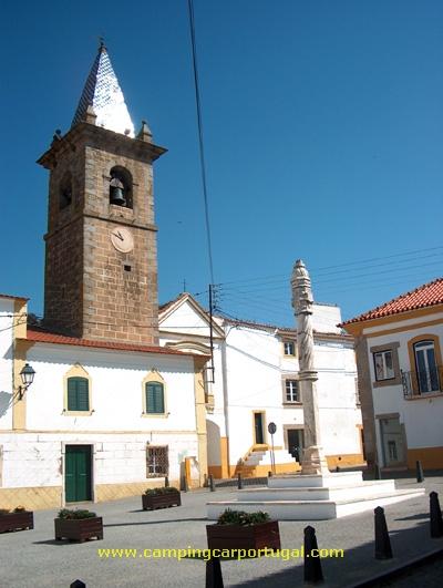 A Torre do Relógio e o Pelourinho, erguido para festejar o foral concedido à vila por D.Manuel em 1512