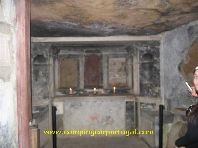 """Também conhecido por Convento de Santa Cruz ou da Cortiça, as suas minúsculas celas e capela encontram-se revestidas por cortiça, o único """"luxo"""" a que os monges se podíam dar como protecção contra o frio e a humidade"""