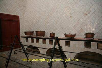Situadas por baixo das enormes chaminés cónicas do Palácio, as cozinhas onde podemos ver os espetos e outros utensílios usados